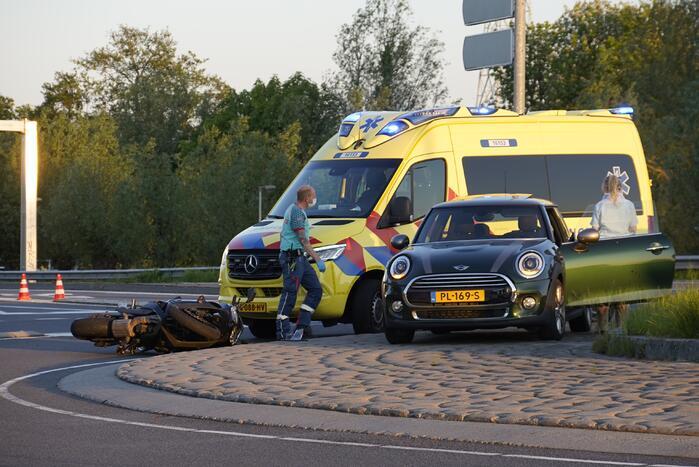 Motorrijder aangereden op rotonde