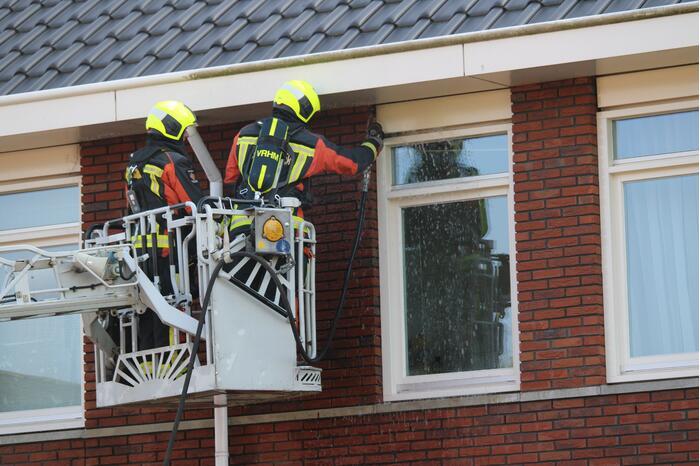 Brandweer blust vermoedelijke brand in gevel