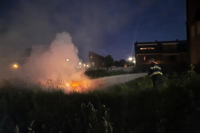 Brandweer blust brand in berm