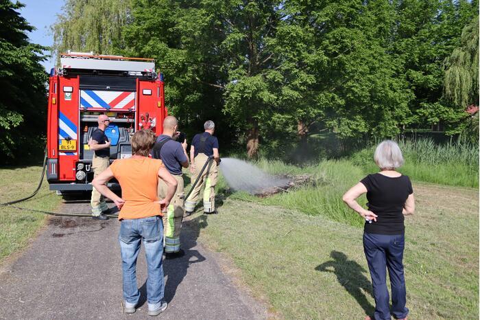 Klein stuk gras in brand