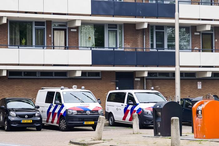 Politie forceert woning en doet onderzoek