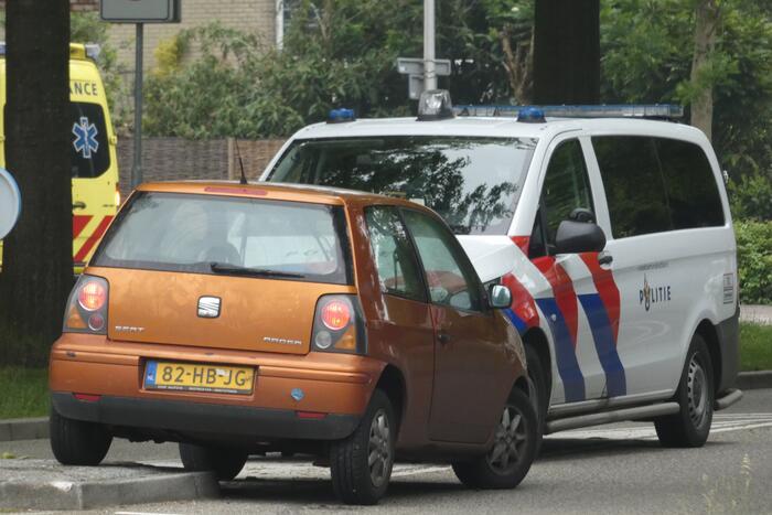 Personenauto heeft lichte schade door botsing tegen stoeprand