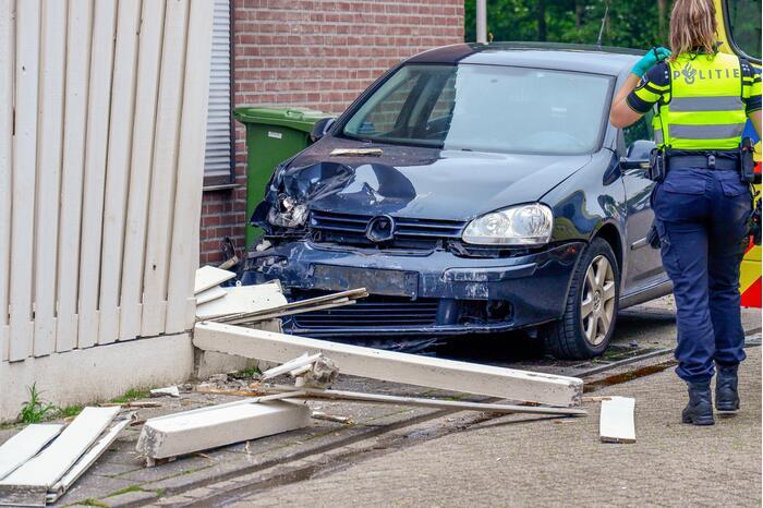 Automobilist belandt tegen schutting