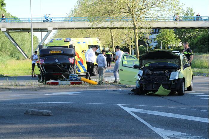 Personenauto belandt ondersteboven door ongeval