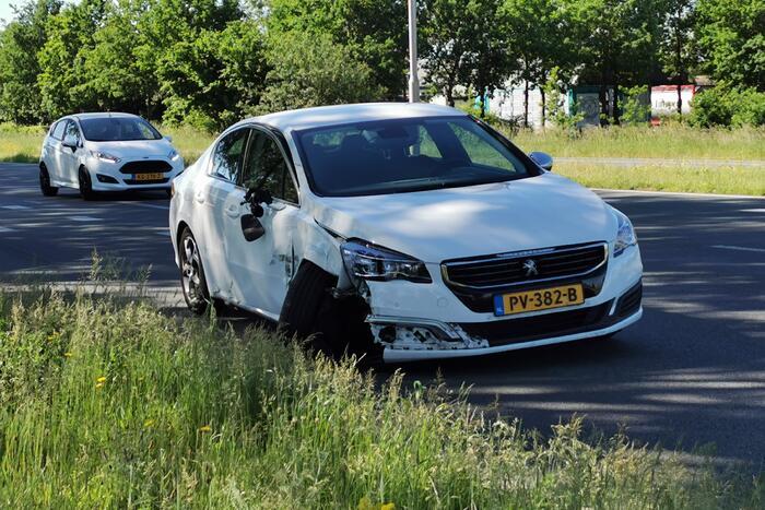Flinke schade na botsing met twee voertuigen