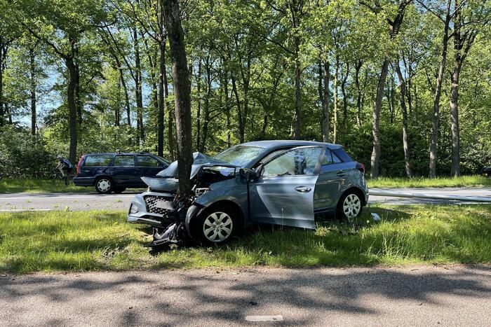 Personenauto belandt op boom
