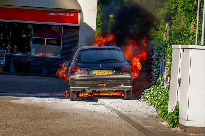 Personenauto brandt uit bij Esso