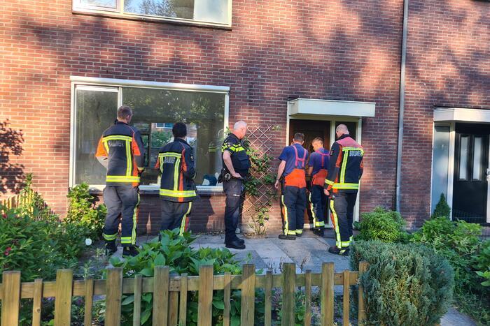 Brandweer betreed woning na waterlek