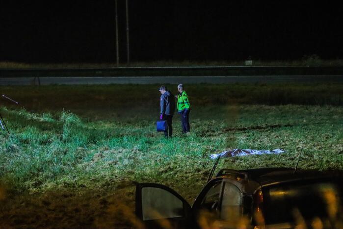 19-jarige bestuurder uit auto geslingerd en overleden