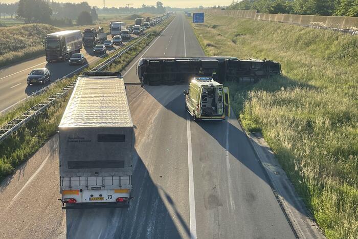 Vrachtwagen op zijn kant snelweg dicht