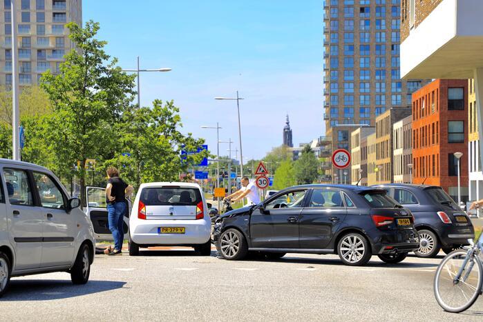 Twee auto's botsen op kruising