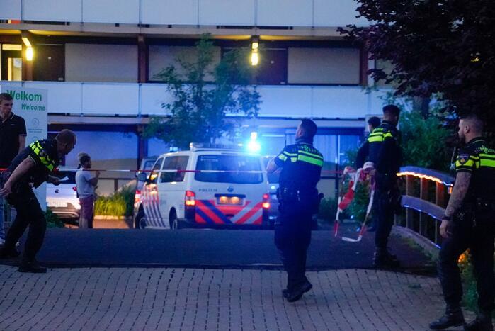 Zwaargewonde mannen in hotelkamer aangetroffen