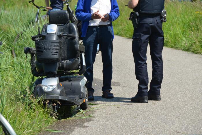 Scootmobiel belandt in sloot naast fietspad