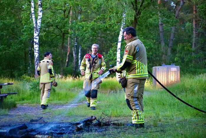 Stapel houten takken in brand in bosgebied De Bergjes