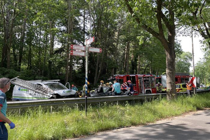 Persoon bekneld in voertuig na ernstig ongeval