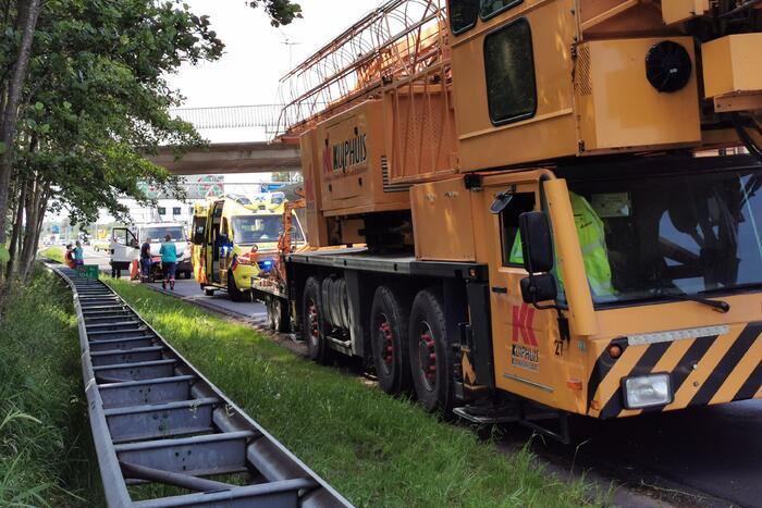 Kraanwagen botst achterop werkverkeervoertuig