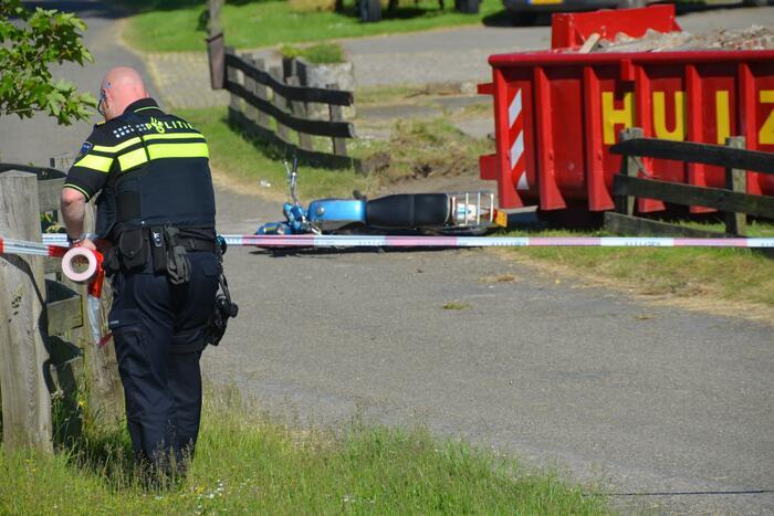Scooterrijder ernstig gewond na val