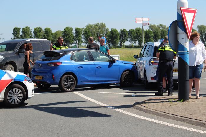 Twee personenwagens botsen op kruispunt