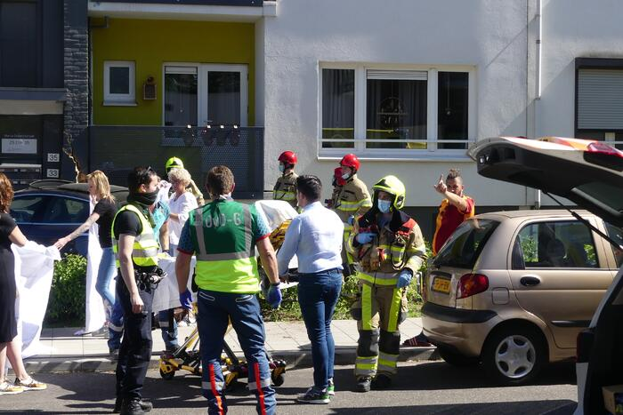Auto botst tegen flatgebouw