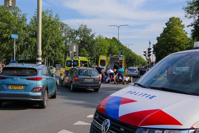 Fietser zwaargewond door botsing met personenauto