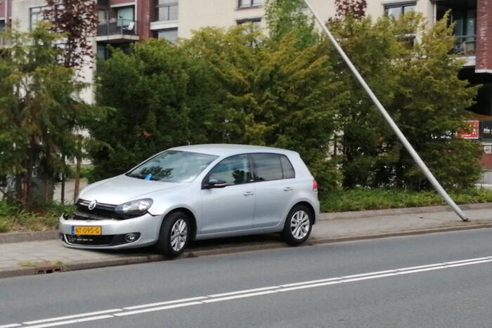 Auto botst op paal en krijgt klapband