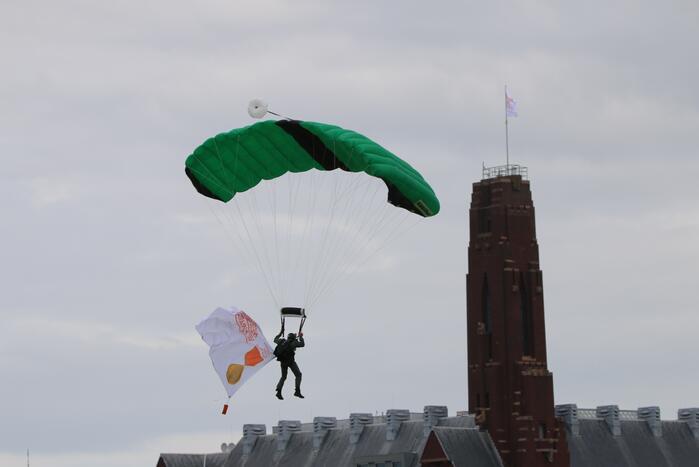 Parachutisten landen met vlag veteranendag op Malieveld