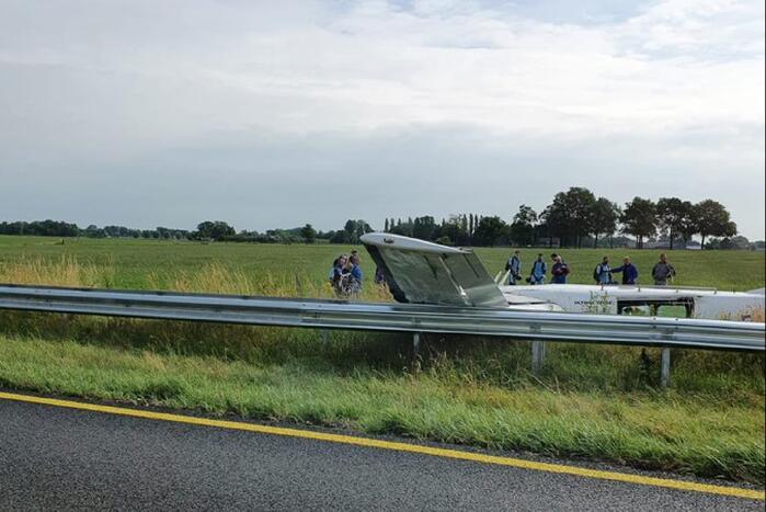 Para-vliegtuig met 18 man crasht in weiland