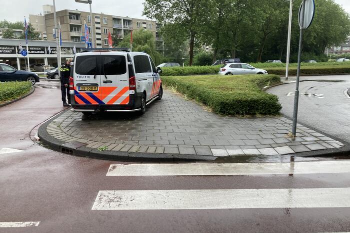 Fietser gewond bij botsing met auto op rotonde