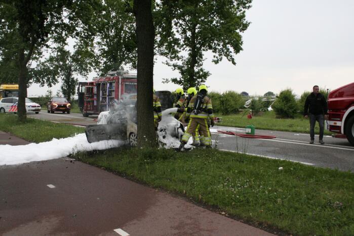 Auto verwoest door uitslaande brand