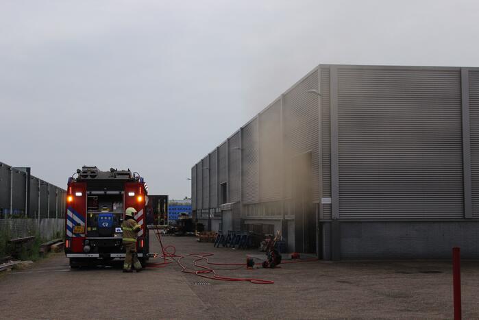Bedrijfspand vol rook door brand