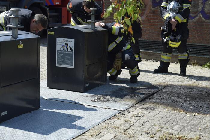 Afval in ondergrondse container vat vlam