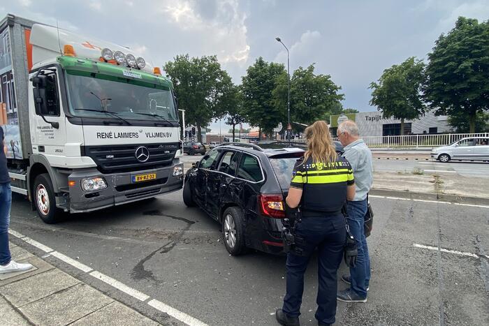 Vrachtwagen botst op auto tijdens voorsorteren