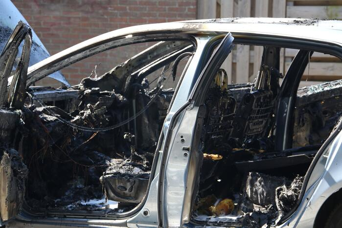Auto in brand op oprit naast woning