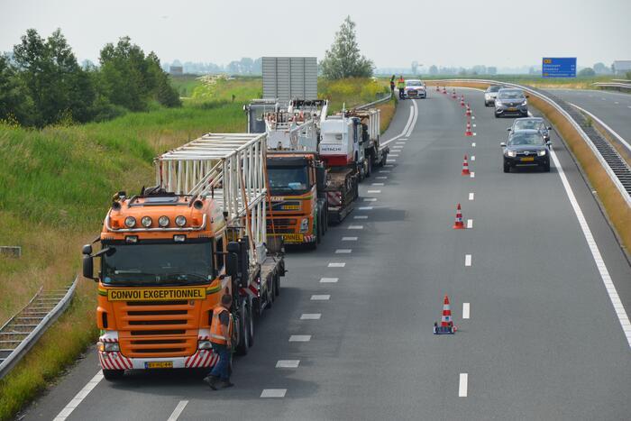 Vrachtwagens gestrand op afslag