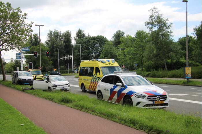 Taxibus en personenwagen botsen op kruising