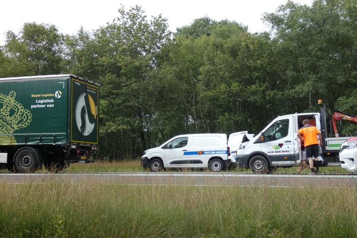 Bestelbus botst achter op vrachtwagen
