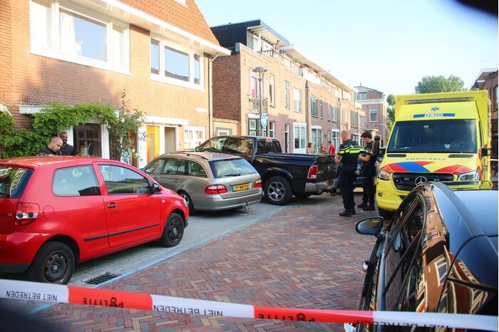 Pick-up crasht tegen geparkeerde auto's