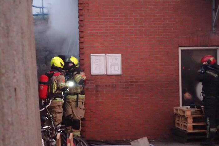 Brandweer blust brand in kelder van trainingscentrum