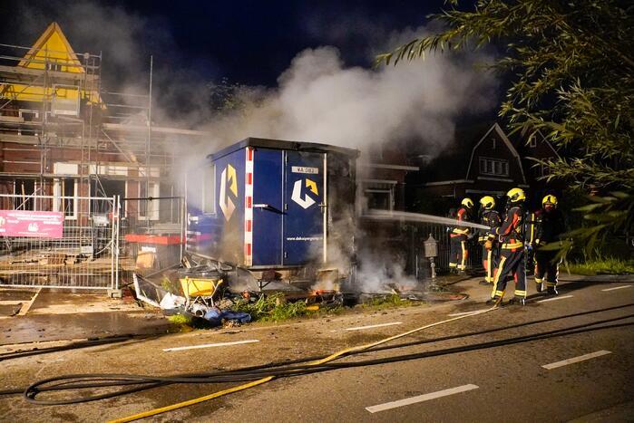 Flinke brand in een dixi zet een bouwkeet er naast in brand