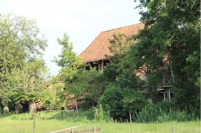 Dak van stal bij boerderij deels ingestort