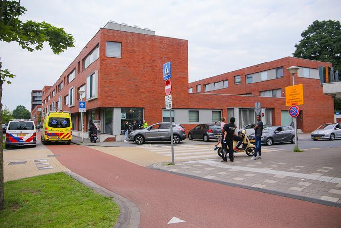 Ongeval tussen scooter en auto op kruising