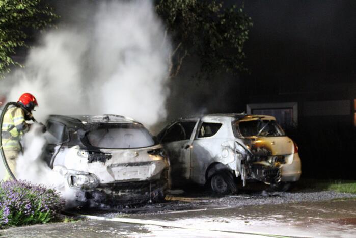 Twee auto's compleet uitgebrand