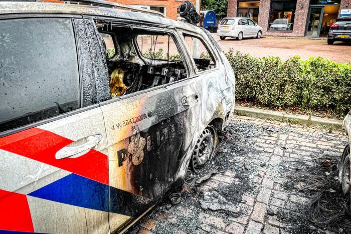 Onderzoek naar de twee in brand gestoken politiewagens