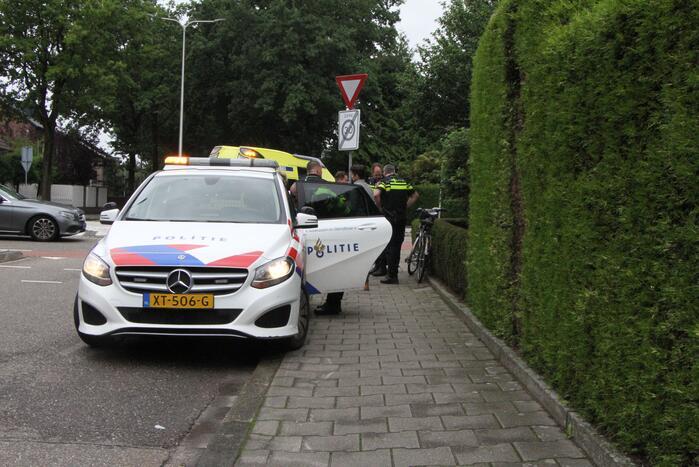 Fietser klapt tegen voorruit van auto en raakt gewond