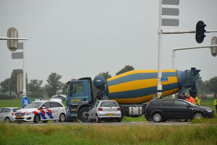 Vrachtwagen en personenwagen botsen op elkaar