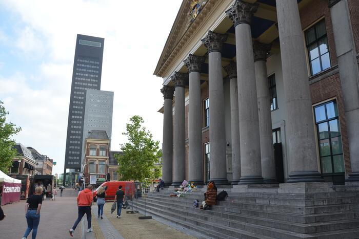 Bloemen bij Gerechtshof voor Peter R de Vries