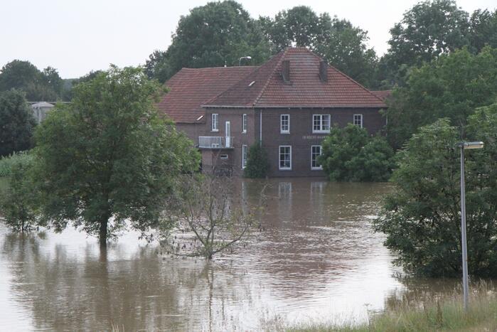 Overstromingen door stijgend water in de maas