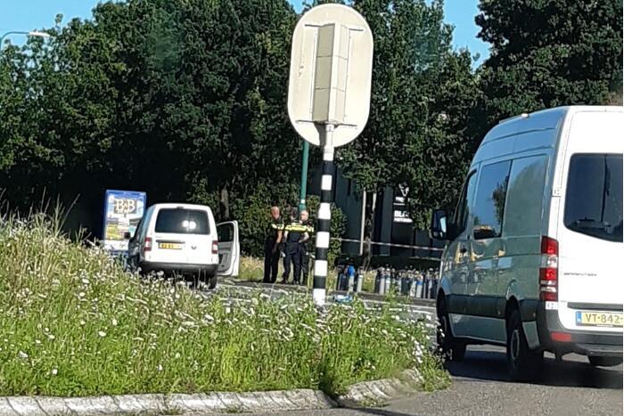 Bestelwagen vol met lachgas flessen botst op personenauto