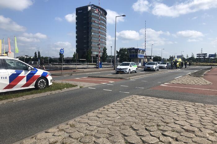 Twee personenwagen botsen op Hermesbrug