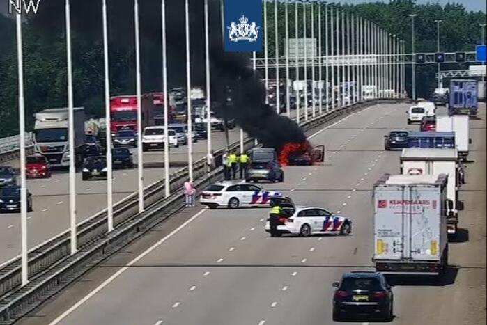 Drie rijstroken dicht op Moerdijkbrug door autobrand